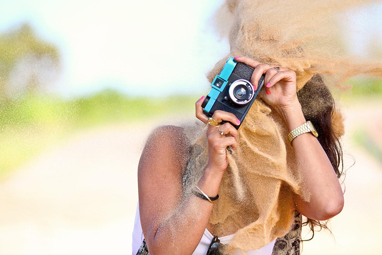 תמונה של בחורה מקבלת חול לפרצוף