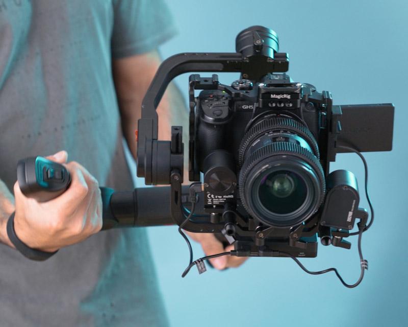 תמונה של משקל המצלמה שנמצאת על גימבל לצילום וידאו תדמית