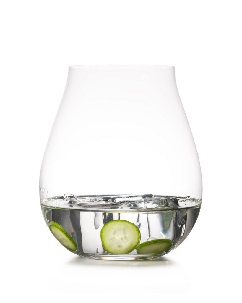 צילום כוסות על רקע לבן